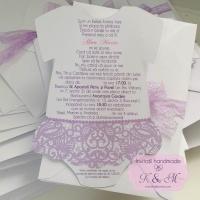 Invitatii de botez in forma de rochita cu dantela lila