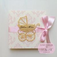 Invitatie de botez cu damask roz si carucior glitter, cod 235