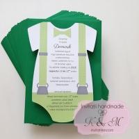 Invitatii de botez in forma de body cu papion si bretele verzi