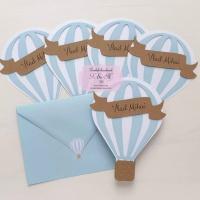 Invitatii de botez cu balon cu aer cald – alb si bleu cod 256